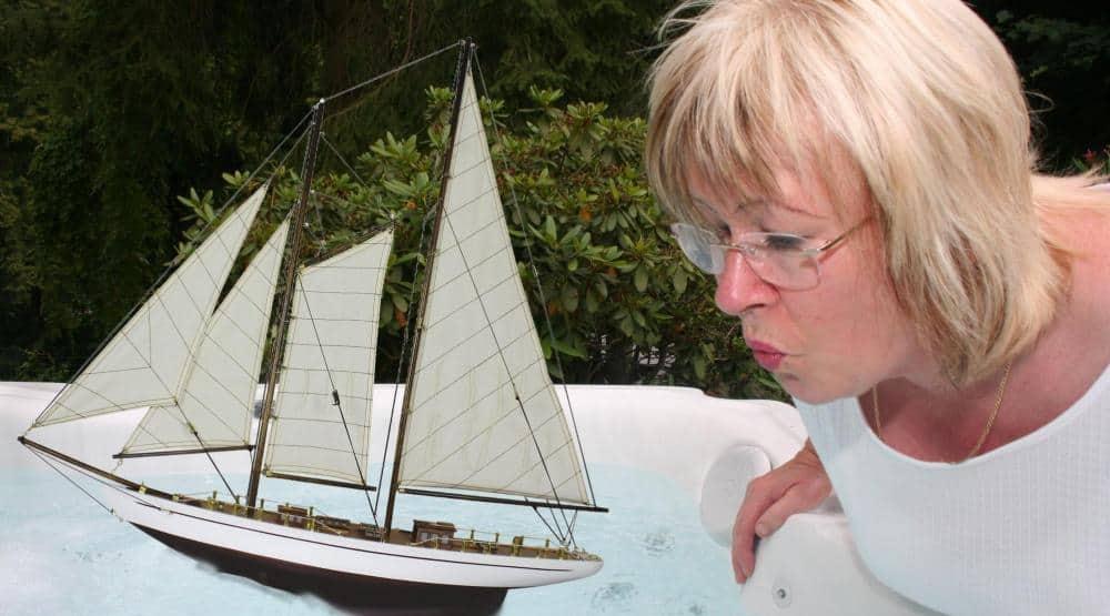 Seegelschiff im Pool